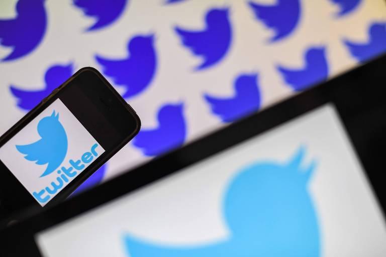 Logo do Twitter é exibido durante evento na França; empresa anunciou na semana passada que passaria a identificar o conteúdo manipulado