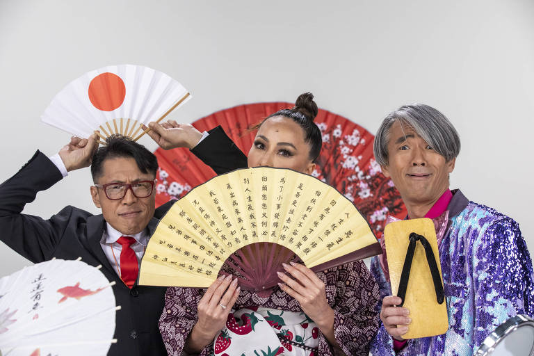 """Sabrina Sato e personagens do quadro """"Made in Japan"""", no programa da Record em """"Domingo Show"""""""