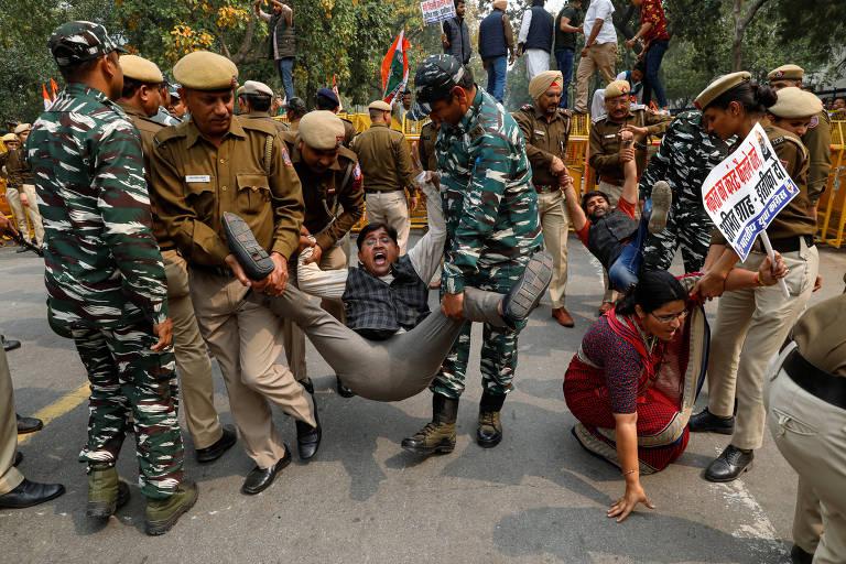Manifestante da oposição é detido por policiais durante protesto contra o governo em Nova Déli