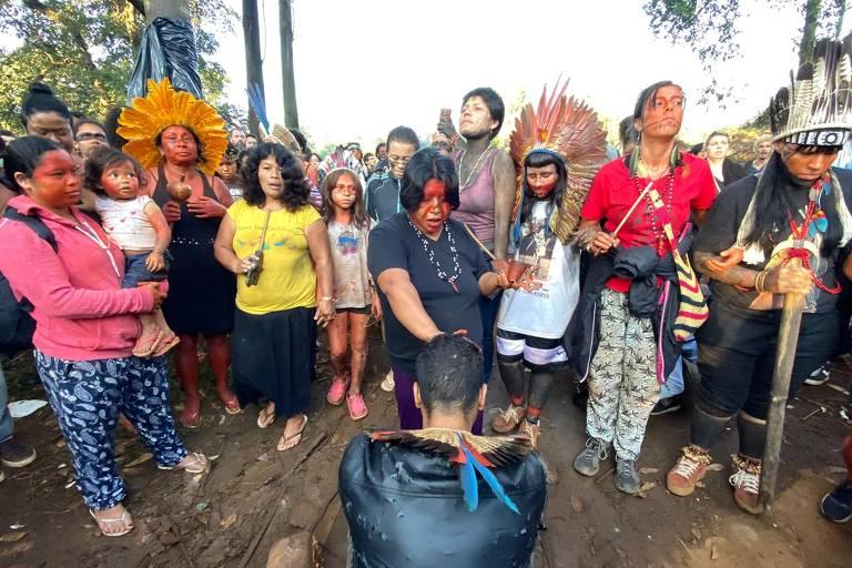 Índios guaranis em protesto no Jaraguá, na manhã desta terça-feira (10)