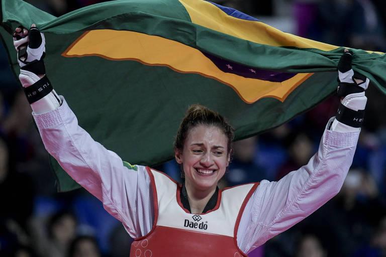 A lutadora Milena Titoneli comemora medalha de ouro no Pan de Lima