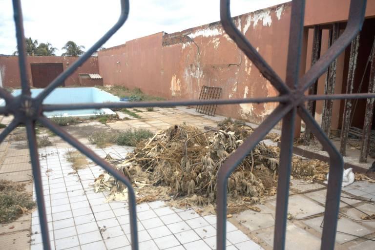 Acúmulo de lixo em área externa de Caps em Simões