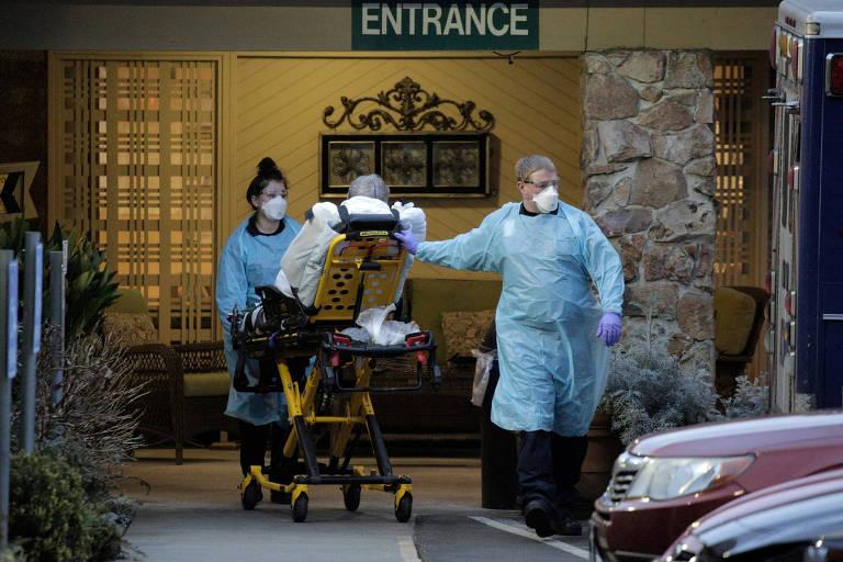 Médicos transportam paciente idosos com coronavírus