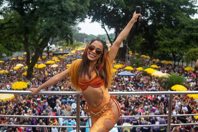 A cantora Anitta apresenta seus maiores sucessos durante desfile pela avenida Pedro Álvares Cabral, próximo ao parque Ibirapuera