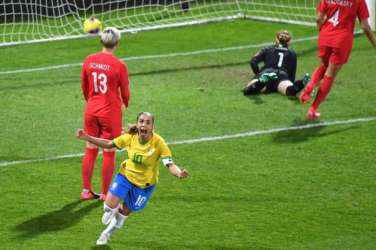 Marta comemora seu gol diante do Canadá, seu 108º com a camisa da seleção
