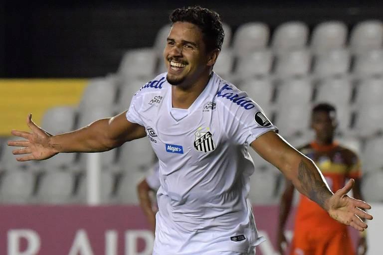 Lucas Veríssimo, que teve proposta para sair vetada pelo Santos, tornou-se um pilar defensivo do time