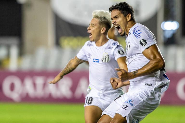 O zagueiro Lucas Veríssimo (à direita) comemora com Soteldo o seu gol, que garantiu a vitória santista sobre o Delfín, na Vila Belmiro sem público