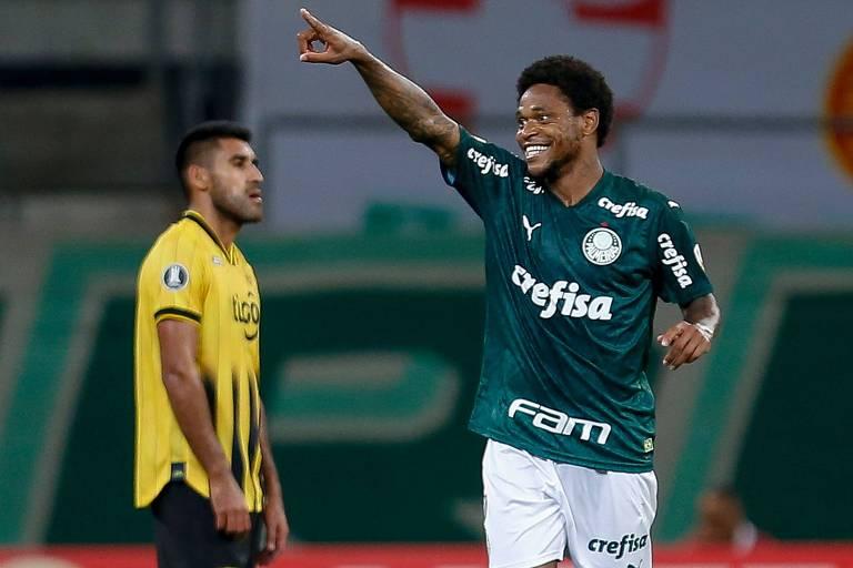Luiz Adriano comemora o seu primeiro gol na vitória do Palmeiras por 3 a 1 sobre o Guaraní, do Paraguai, pela Libertadores