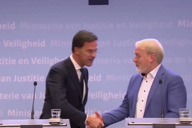 o primeiro ministro holandês, Mark Rutte, aperta a mão de Jaap van Dissel