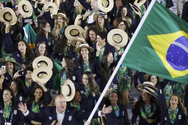 Delegação brasileira desfila na cerimônia de abertura da Rio-2016