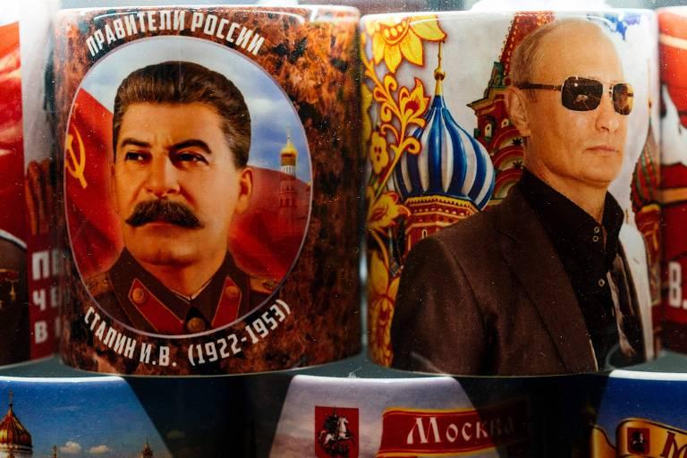 Canecas com imagens do ditador Josef Stálin e de Putin, os dois líderes mais longevos da Rússia moderna
