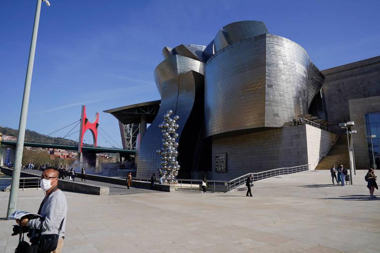 Homem veste máscara para se proteger de coronavírus em frente ao Museu Guggenheim Bilbao, na Espanha, em março de 2020
