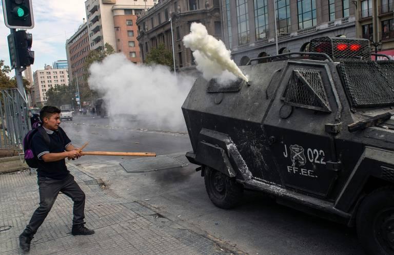 Jovem chileno enfrenta a polícia em protesto em Santiago