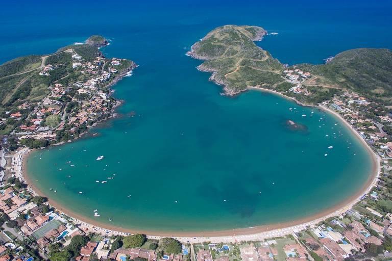 A praia da Ferradura, no município de Armação dos Búzios, na Região dos Lagos (RJ); voo direto entre São Paulo e Cabo Frio chama paulistas ao destino