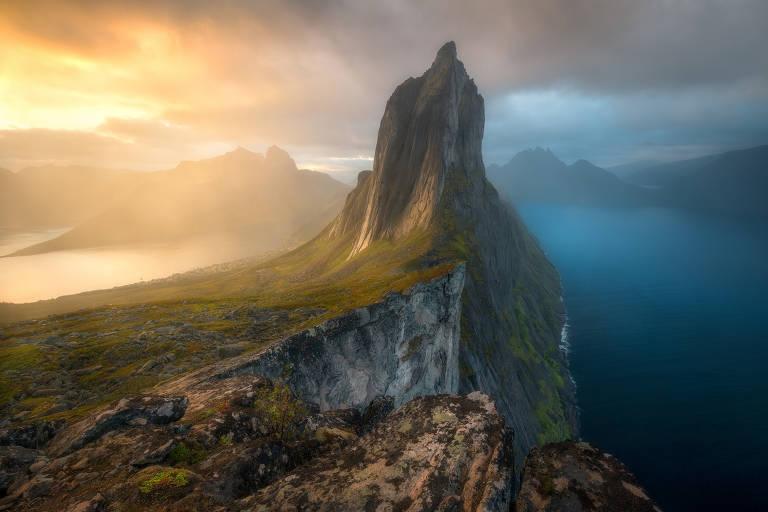 Montanha Segla, na Noruega, ao amanhecer; imagem foi premiada em concurso de fotografia