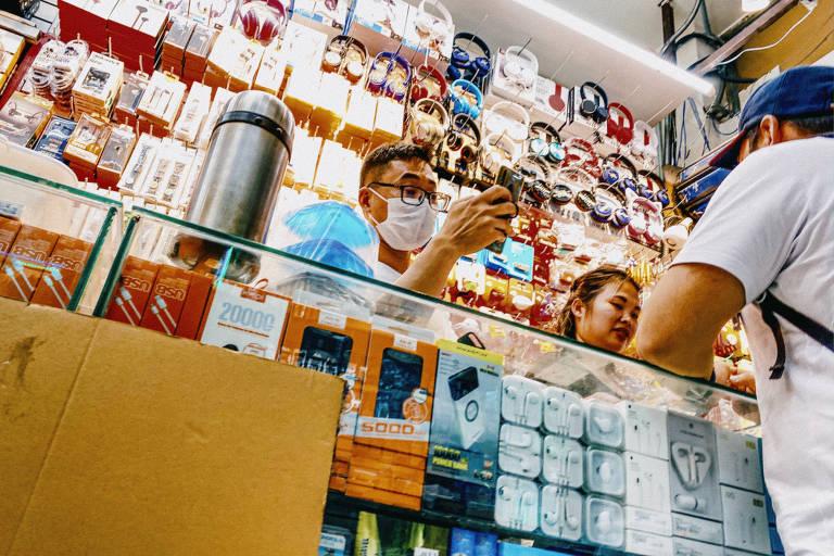 Lojas populares de importados, na Galeria Pagé, que incluem produtos irregulares. Além do atraso na chegada de novos produtos, há mais temor diante do risco de contaminação pelo coronavírus.