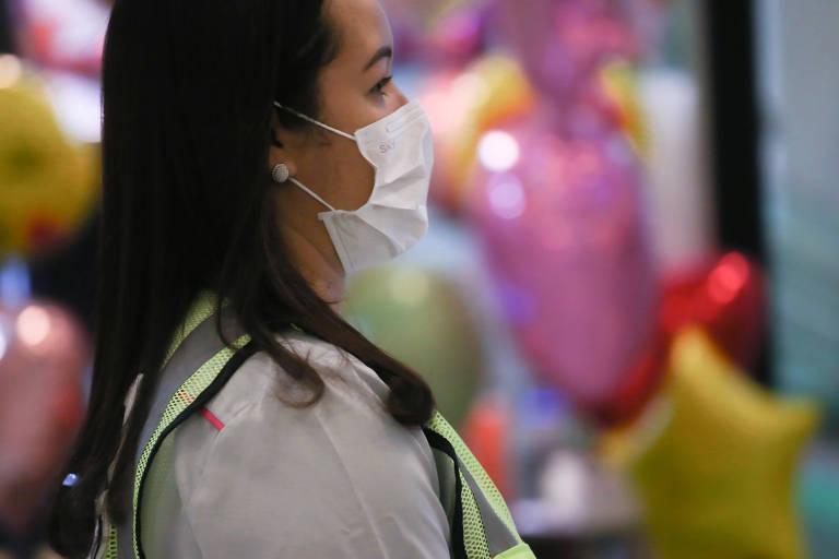 Mulher usa máscara para proteção contra coronavírus