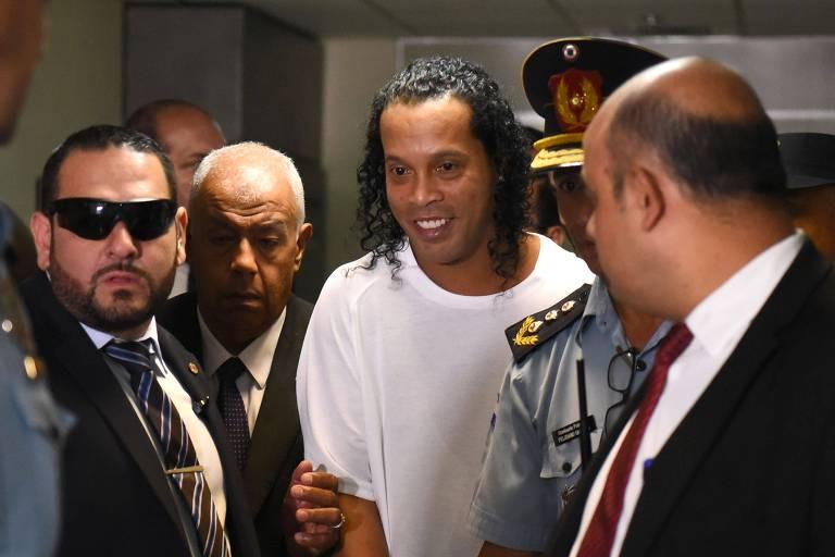 Ronaldinho Gaúcho chega, sorrindo, ao Palácio de Justiça de Assunção para depor sobre a entrada no Paraguai com documentos falsos