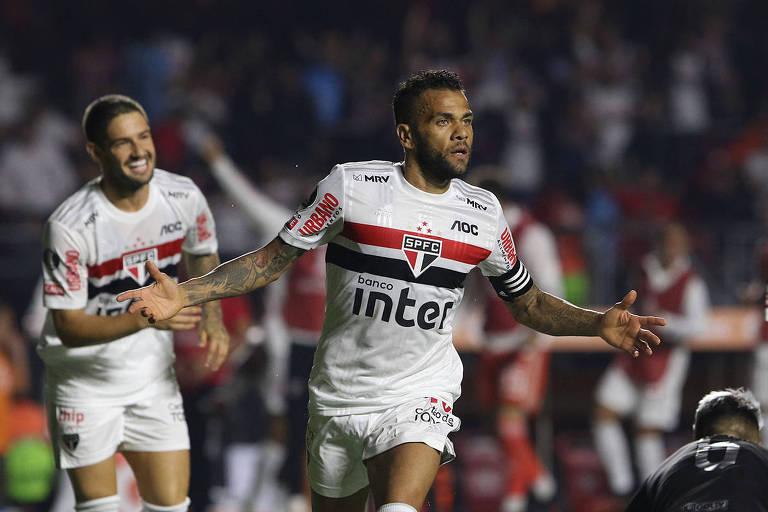 Daniel Alves comemora o seu gol, o segundo do São Paulo sobre a LDU de Quito, no Morumbi, pela Libertadores