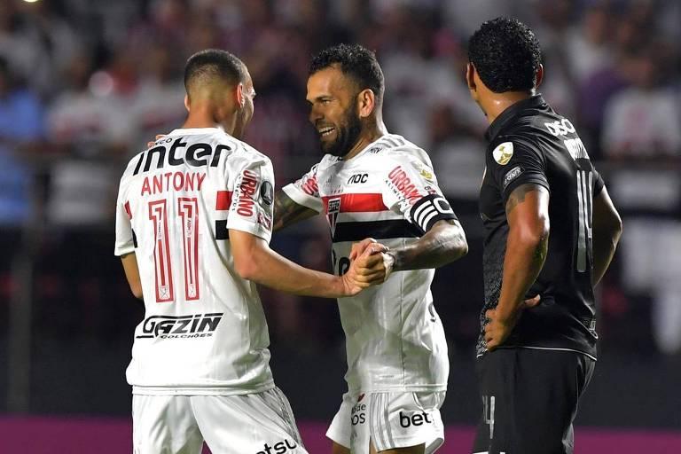 Daniel Alves comemora com Antony o segundo gol são-paulino sobre a LDU, pela Libertadores, no Morumbi