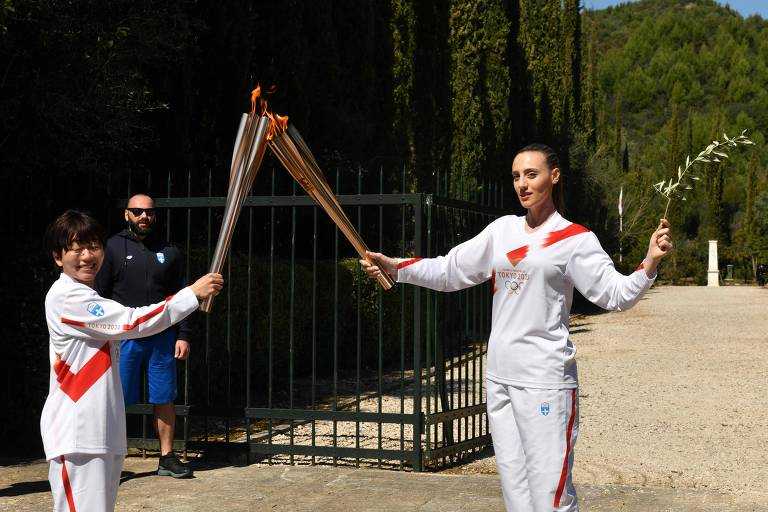 A grega Anna Korakaki passa a chama olímpica para a japonesa Mizuki Noguchi