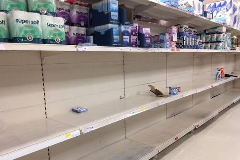 Moradores da capital britânica esvaziaram prateleira de rolos de papel higiênico em supermercado da região leste na segunda-feira
