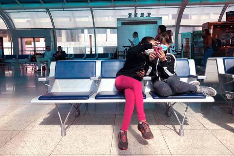 RIO DE JANEIRO, RJ, 12-03-2020 -  passageiros usam mascara enquanto aguardam o embarque no saguão do aeroporto Santos Dumont, Rio de Janeiro.  (Foto:Thea Severino/Folhapress)