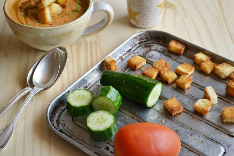 Sopa fria típica da Espanha, Gazpacho é feito à base de tomates e pode ser servido com croutons