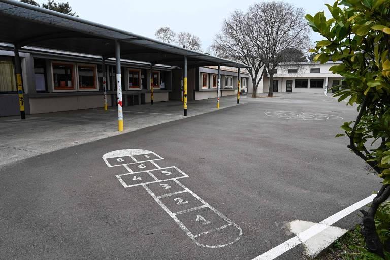Pátio de escola vazia, com amarelinha pintada no chão