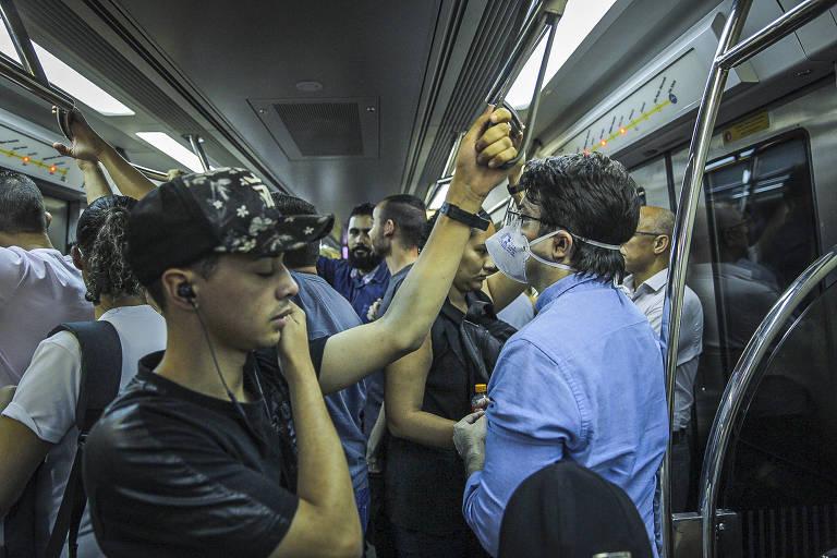 Passageiro usa máscara na linha 4-amarela do metrô de São Paulo