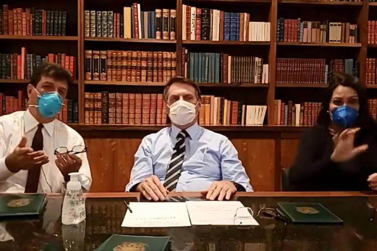 O presidente Jair Bolsonaro, de máscara