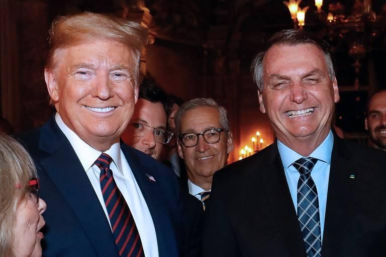 Jair Bolsonaro posa com o presidente americano Donald Trump, com o secretário Fabio Wajngarten, em um jantar na Flórida
