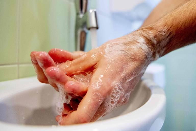 Pessoa ensaboa as mãos em pia; lavar as mãos com sabonete continua sendo uma das poucas práticas conhecidas no combate à Covid-19