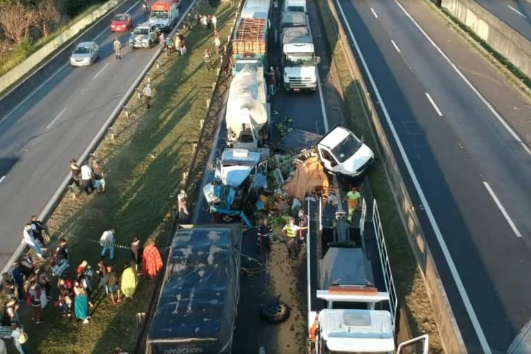 Engavetamento deixa van prensada e causa quatro mortes na rodovia Raposo Tavares, na região de Sorocaba (SP)