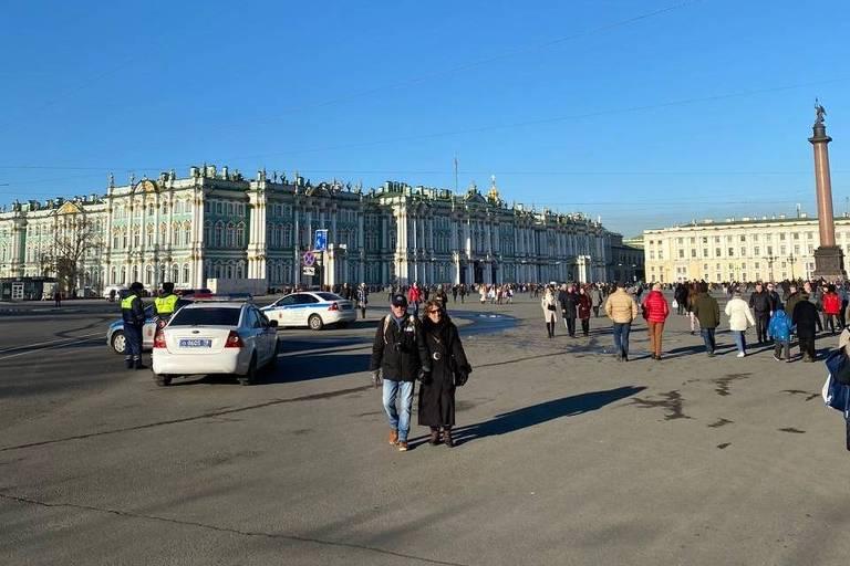 Vista geral do Praça do Palácio de Inverno, em São Petersburgo, com uma ampla área calçada e prédios em formato quadrandular