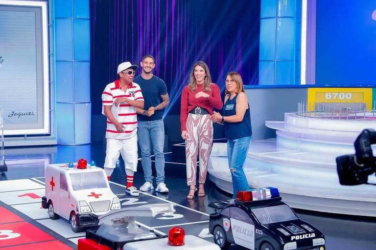 O jogador Alexandre Pato participa com esposa de programa do SBT