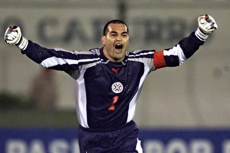 Chilavert comemora gol sobre o Peru, pelas eliminatórias da Copa do Mundo de 2002