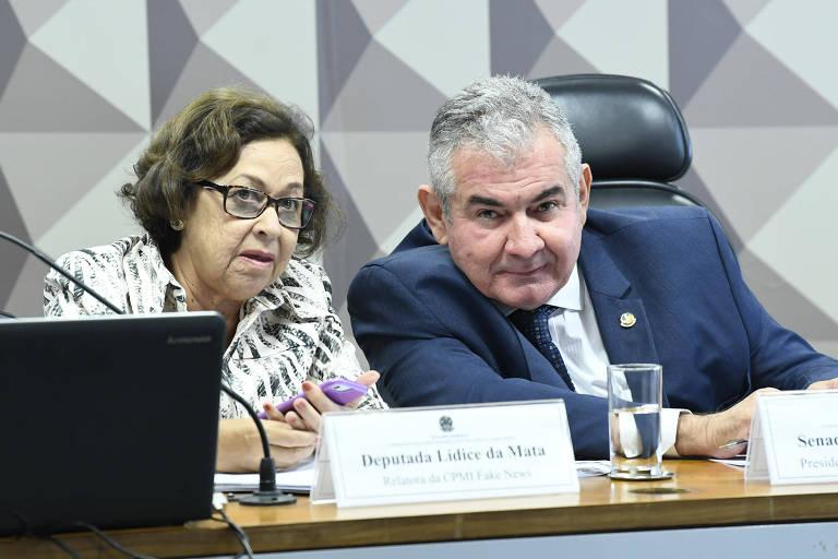 A relatora Lídice da Mata conversa com o senador  Angelo Coronel durante reunião da CPMI