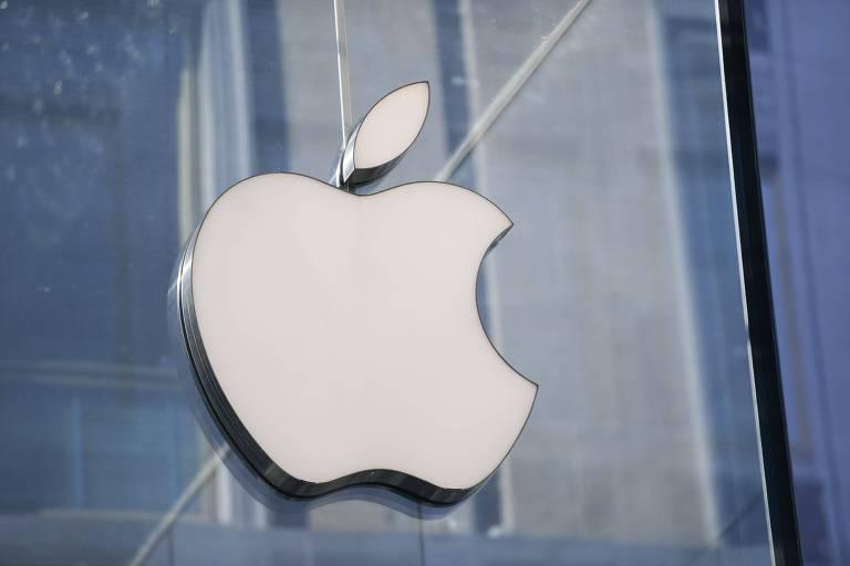 Logo da Apple aparece em um edifício espelhado