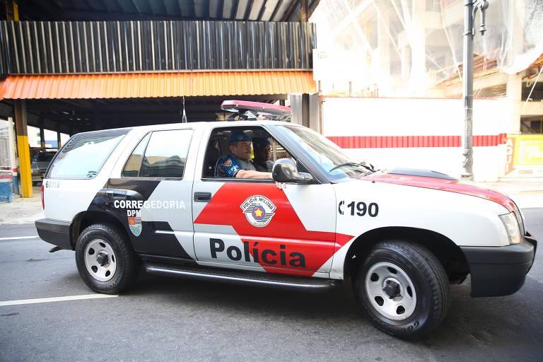 Viatura da Polícia Militar na entrada do DHPP, em São Paulo