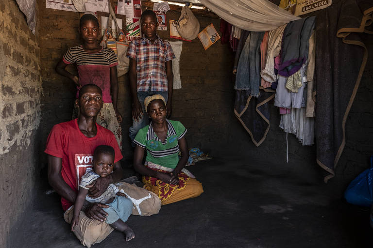 Antonion e Arminah Mongwani e os filhos em acampamento em Dombe