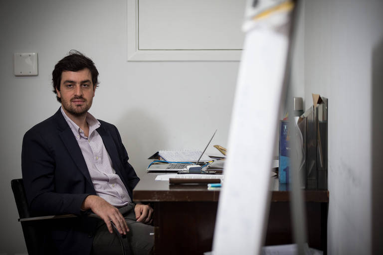 O advogado Francisco Figueiredo em seu escritório de contabilidade em SP