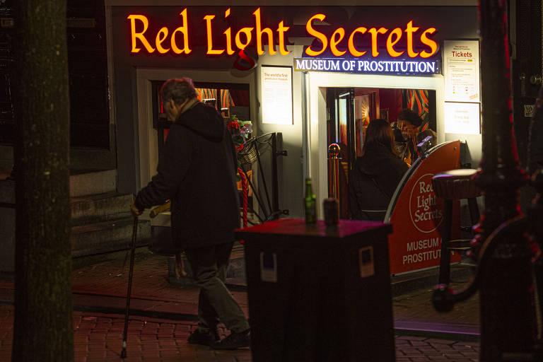 """Fachada do museu com letreiro em neon amarelo """"Red Light Secrets"""""""