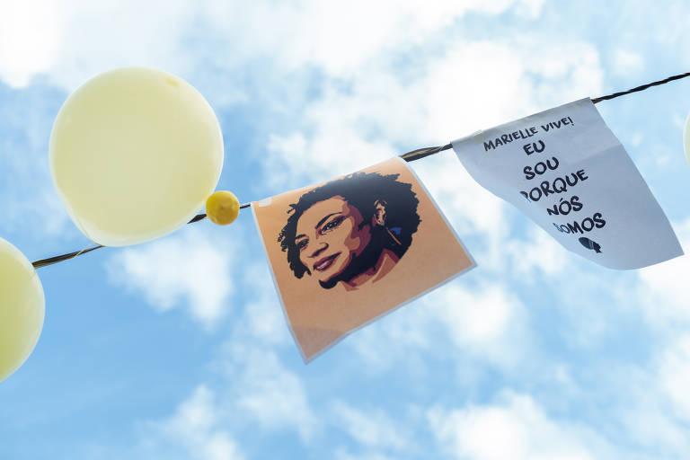 """Bexiga amarela e cartaz com rosto de Marielle e a pergunta """"quem mandou matar Marielle?"""""""