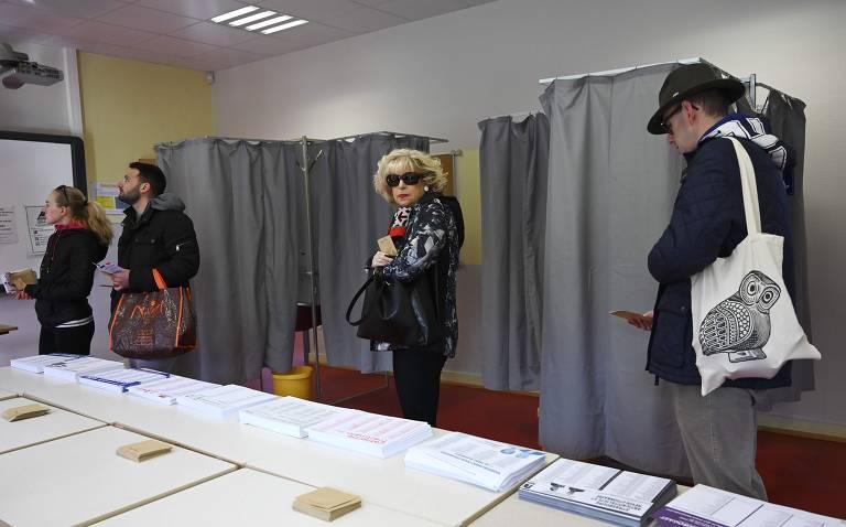 Eleitores esperam para votar no primeiro turno das eleições municipais francesas em Estrasburgo, região nordeste da França