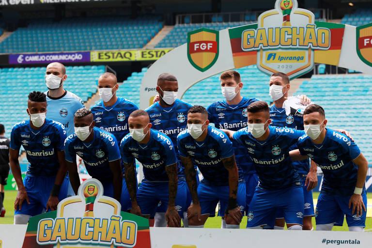 Gremistas posam para foto de máscara