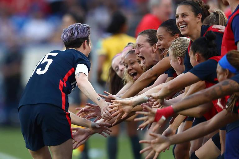 Megan Rapinoe e outras jogadoras da seleção americana não se preocuparam em evitar contato das mãos