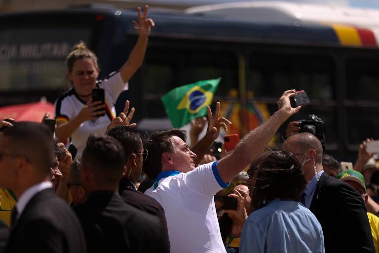 Presidente Jair Bolsonaro cumprimenta apoiadores na frente do palácio do planalto, ao final da manifestação em favor do seu governo feita na manhã deste último domingo (15)
