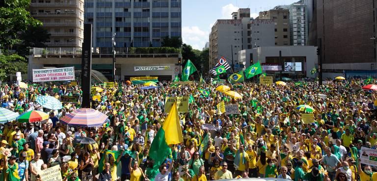 manifestantes vestidos de verde e amarelo se concentram em esquina da avenida paulista