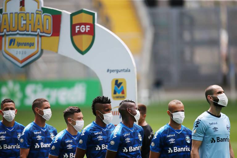 Jogadores do Grêmio entraram com máscaras para jogo do Gaúcho neste domingo